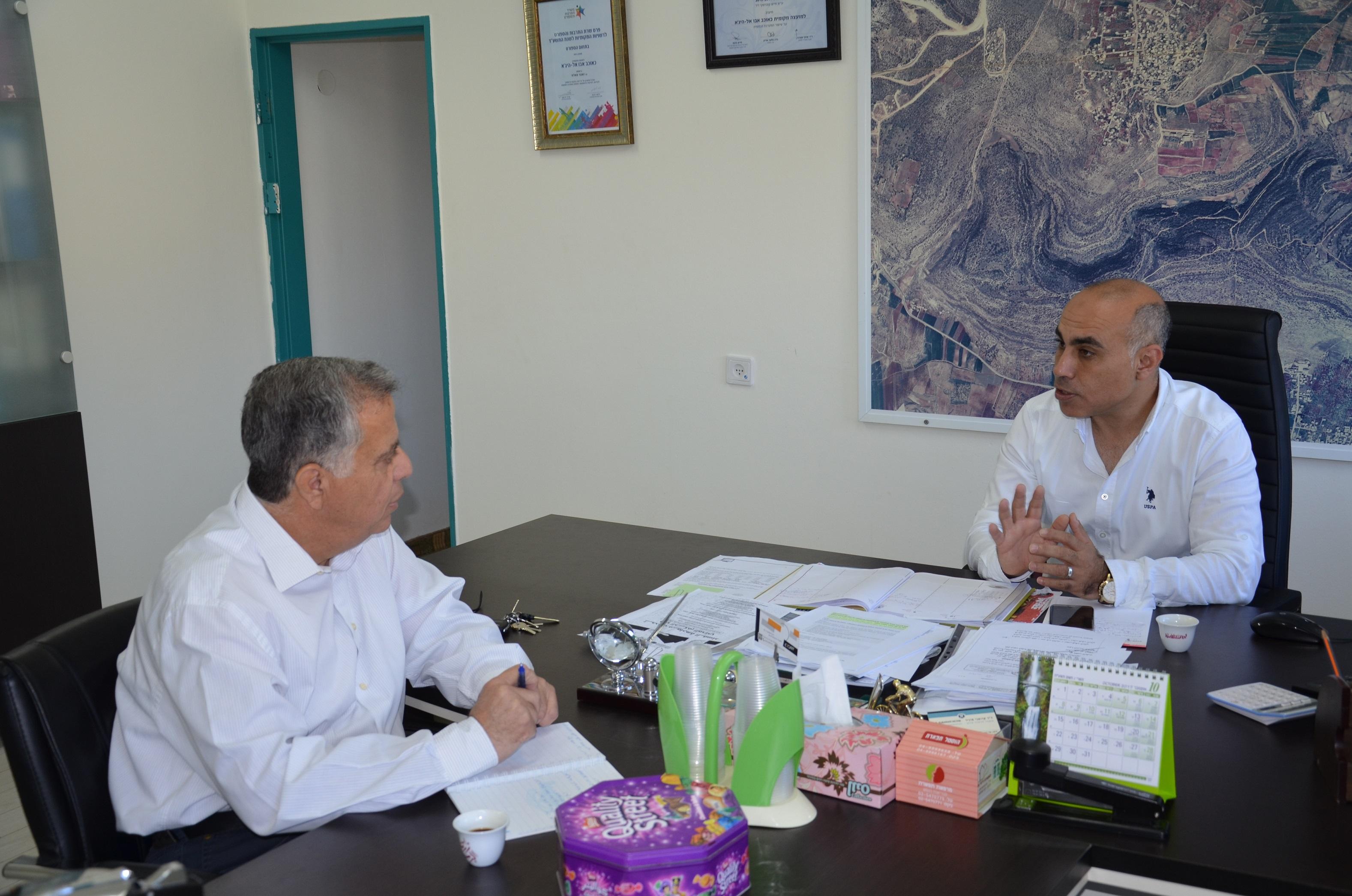 زاهرصالح رئيس مجلس محلي كوكب يستقبل كايد ظاهر الناطق بلسان سلطة الاطفاء في جلسة عمل