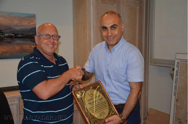 مجلس كوكب ابو الهيجاء يقدم دروعا تقديرية لإدارة مصنع الملح في عتليت